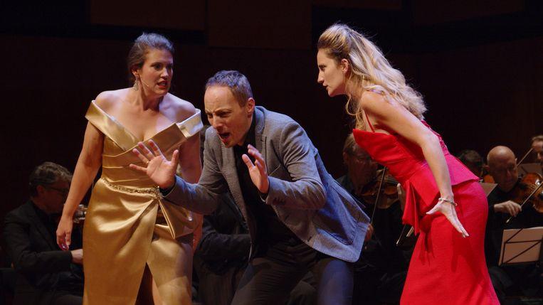 Prima donna's Katherine Dain (Madame Herz) en Anne-Sophie Petit (Madame Silberklang) belagen impresario Herr Vogelsang (Jan-Willem Schaafsma) in 'Der Schauspieldirektor'. Beeld Hans Hijmering