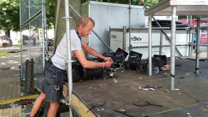 Roland de Wit op het Hunnerpark. ,,We beginnen met de decoratie, dan de verlichting en ten slotte de podia.''