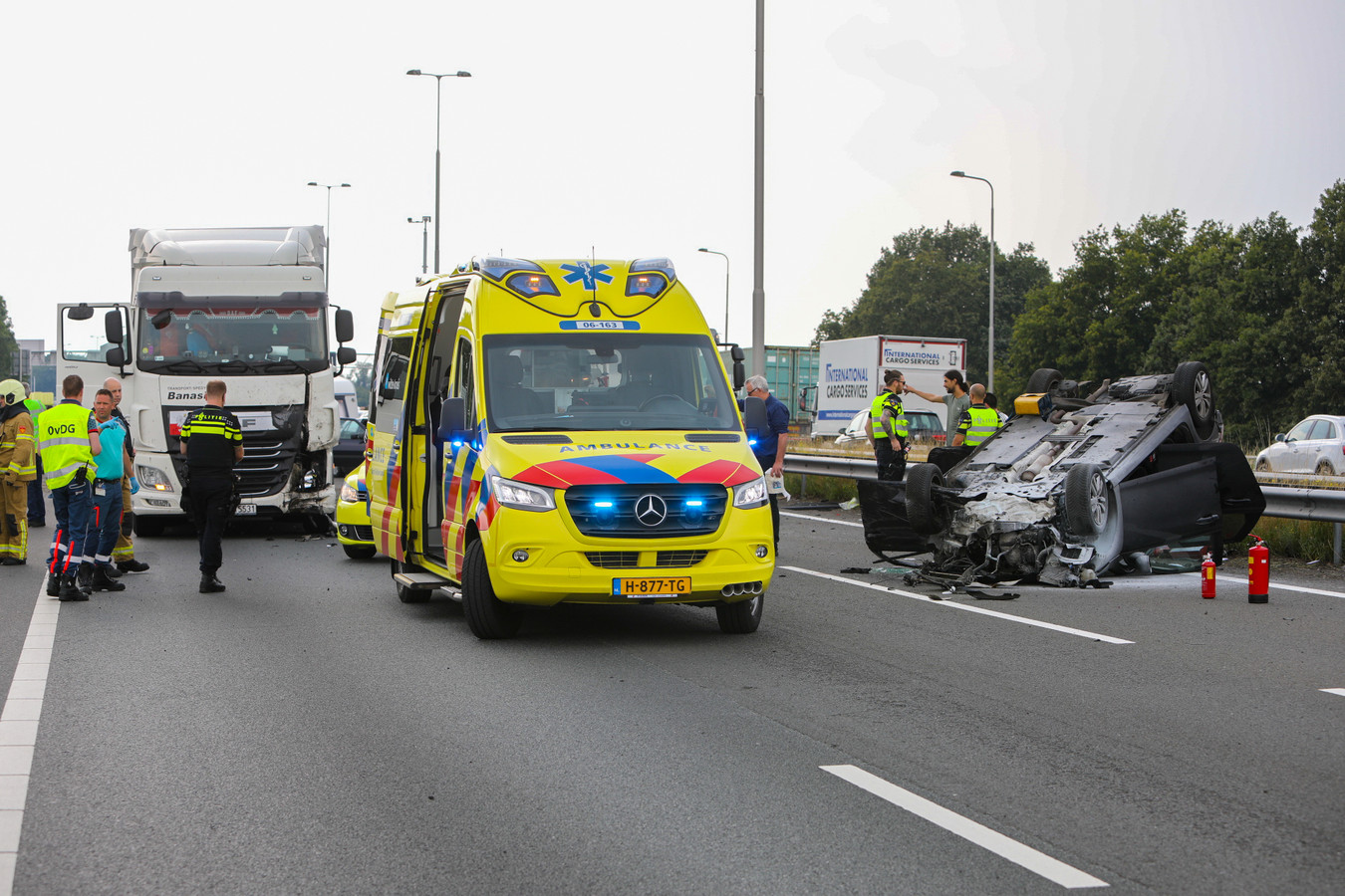 Ongeval op de A1 van Apeldoorn naar Deventer, de politie praat met een getuige.