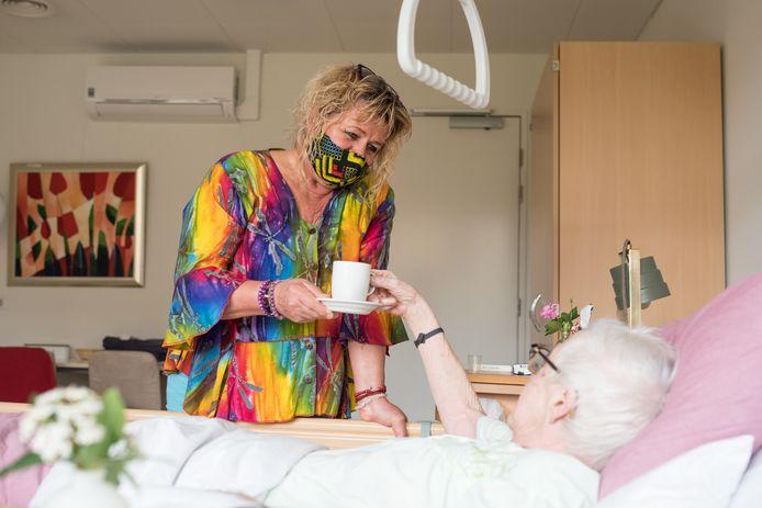 """Hospicevrijwilligster van het eerste uur Cora Hoogstrate (l): ,,Het is leuk om erachter te komen hoe mensen zijn en daarin mee te gaan. Soms ben je alleen maar koffiejuf, ook prima."""""""