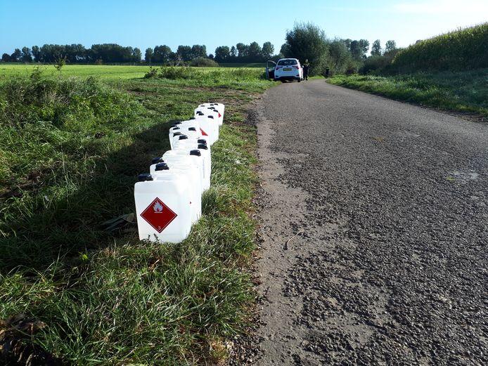 De verzameling jerrycans die de brandweer uit een sloot haalde langs de Hoogduinsestraat in Megen.