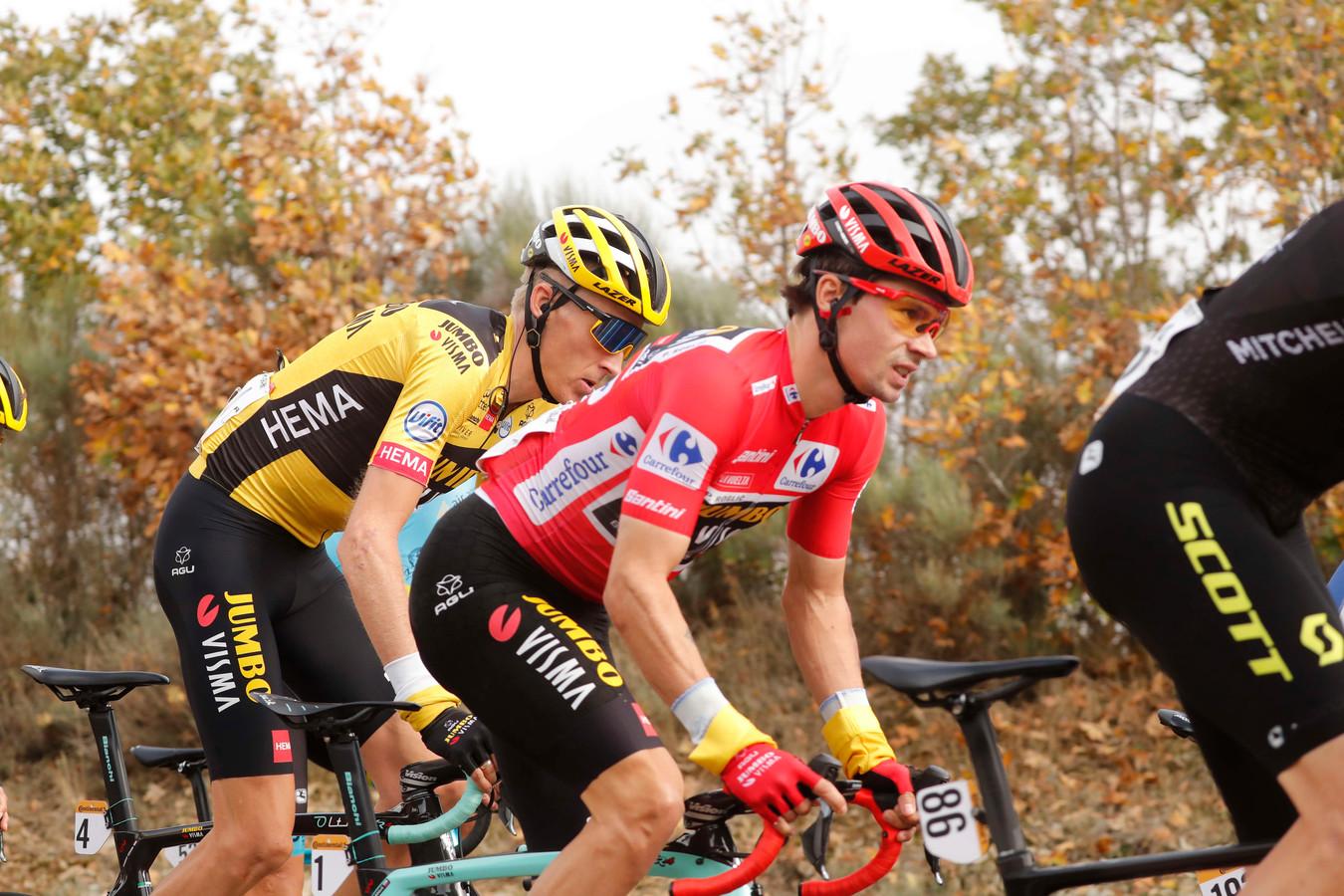 Primoz Roglic met ploegmaat Robert Gesink in zijn wiel.