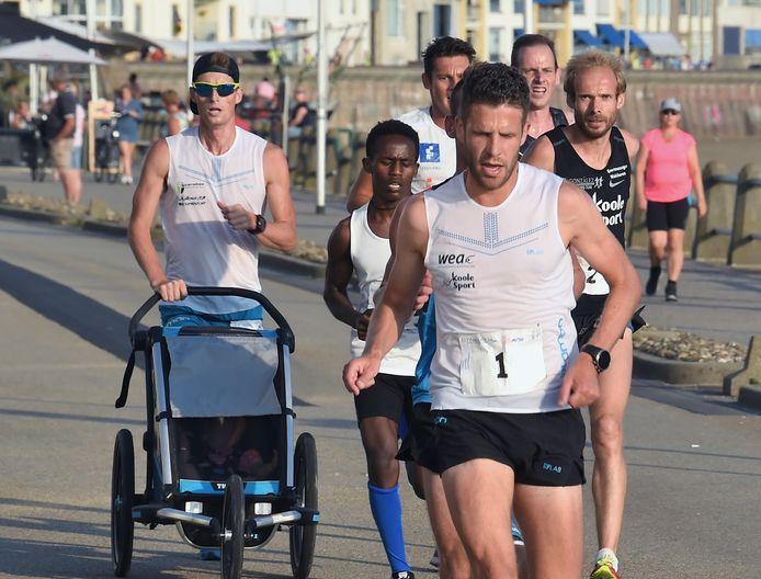 De kopgroep van de Boulevardloop, met rechts voorop Tim Pleijte.