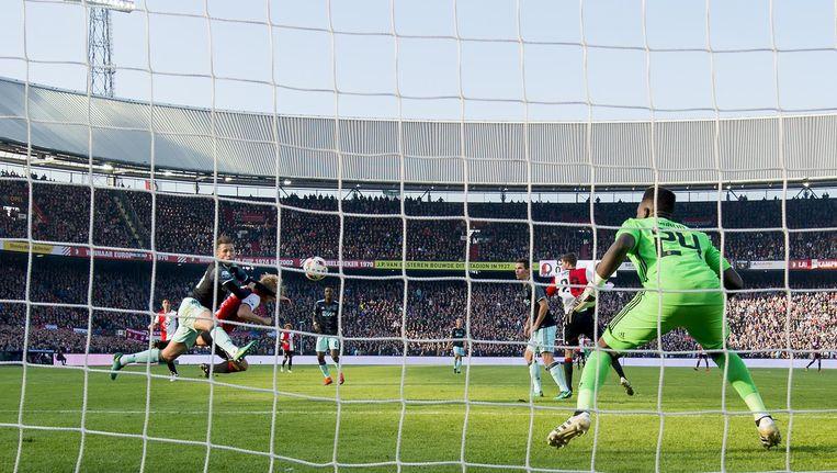 André Onana in actie tegen Feyenoord. Beeld anp