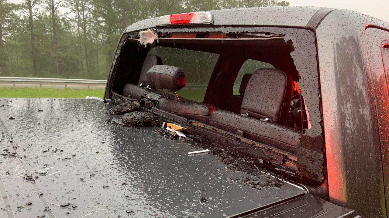 Het stuk wegdek vloog via de achterruit de auto uit.