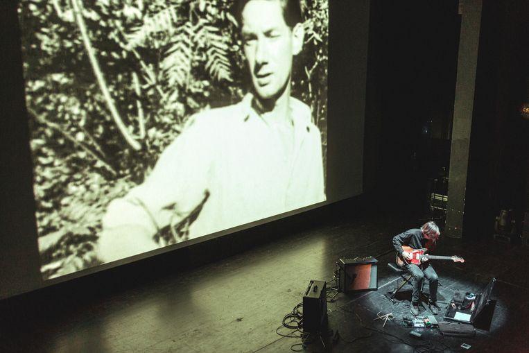Thurston Moore accentueert de dreiging van Maya Derens films met subtiel gewriemel aan zijn kaduke gitaar Beeld Michiel Devijver