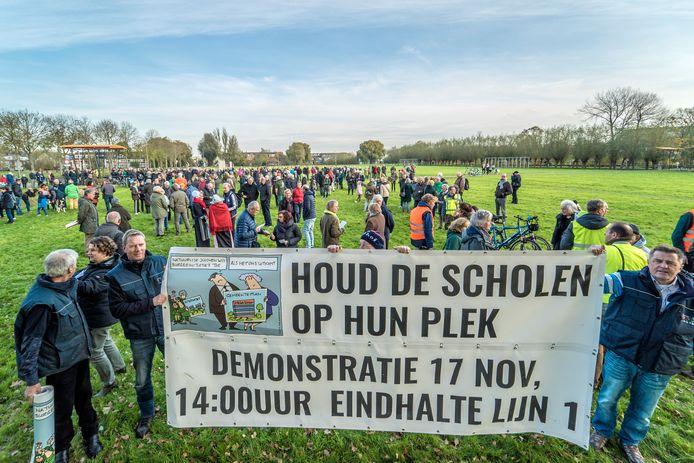 Een eerder massaal protest op 17 november 2019 bracht al veel bewoners op de been tegen de megaschool in Tanthof. De weerstand is inmiddels alleen maar toegenomen.