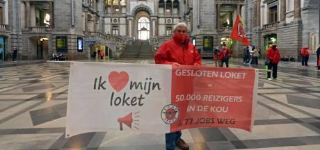 """Vakbond protesteert tegen sluiting treinloketten: """"Loketbediende doet zoveel meer dan enkel tickets verkopen"""""""