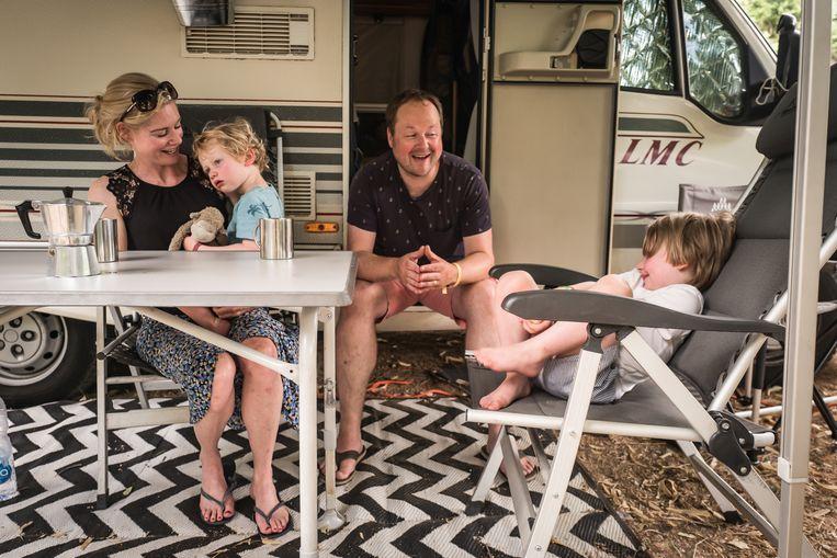 Marco Dijkstra (41), Rosalie (39), Coen (4) en Gijs (2) genieten onbezorgd van hun vakantie. Beeld Nicola Zolin