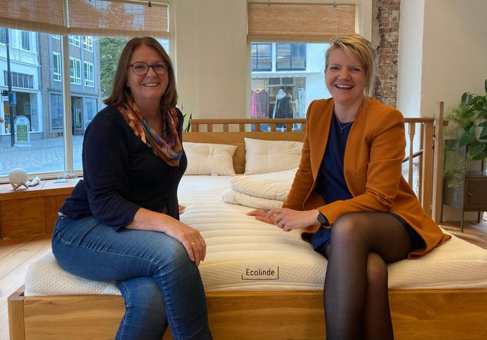 Irene Rutjes en Floor de Jong in beddenwinkel Ecolinde.