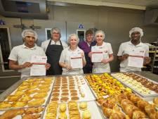 Vier kersverse bakkers afgestudeerd dankzij nieuwe opleiding van Bakkerij Nollen in Lochem: 'ze kunnen direct aan de slag'
