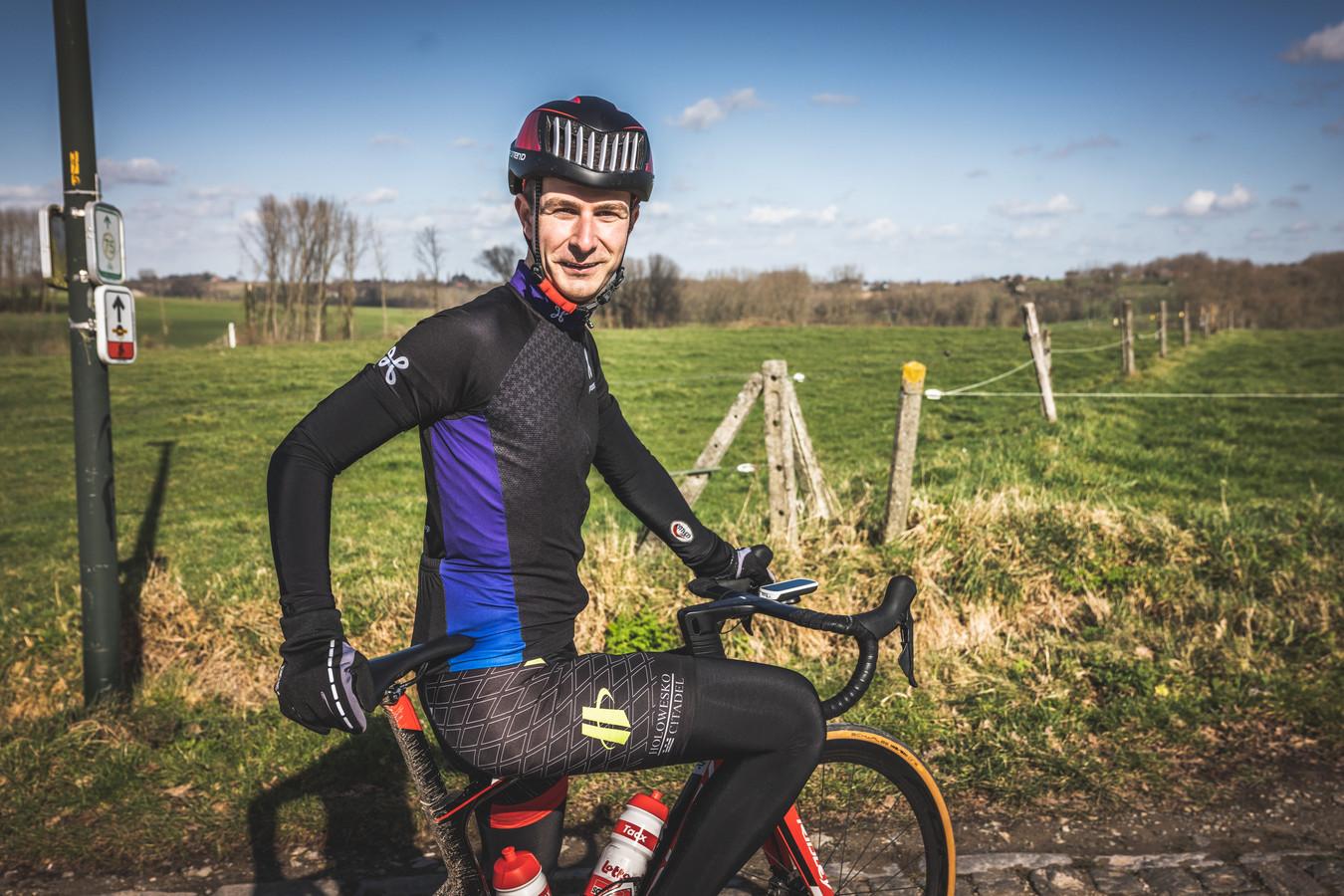 """Thomas Van Gijseghem (29) komt uit Zottegem en speurt onderweg naar weggegooide bidons en andere wielerprullaria. Maar het valt 'm ook op dat er wel héél veel gefietst wordt tegenwoordig: """"Vrouwen die alleen fietsen, dat zag je vroeger nooit."""""""