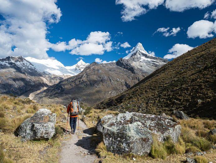 Een backpacker in Cordillera Blanca