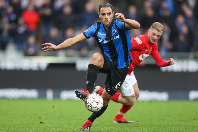 Sofyan Amrabat blijft oud-PSV'er Maxime Lestienne voor tijdens Club Brugge-Standard Luik.