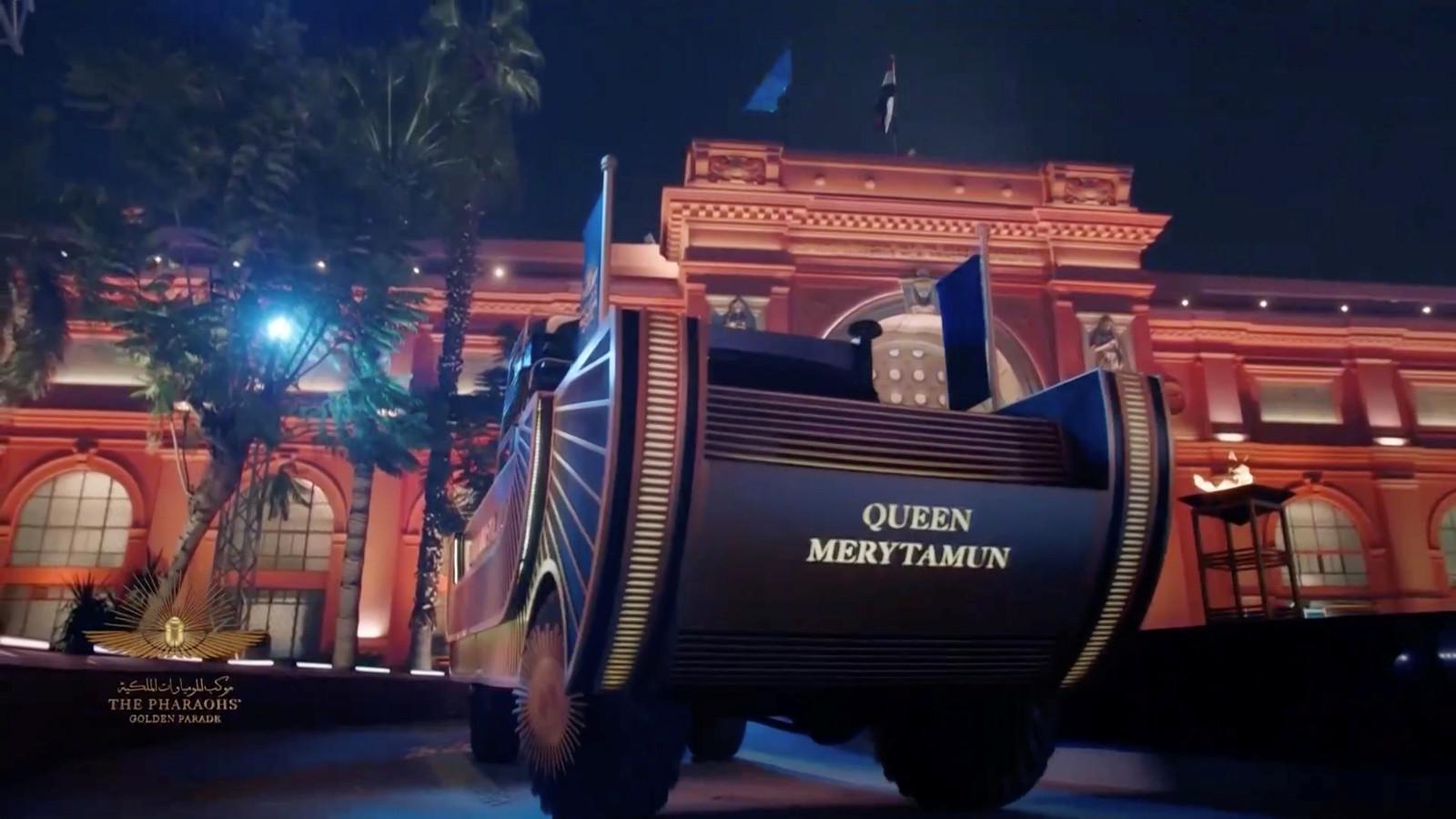 De mummie van een koningin wordt vervoerd tijdens de ceremonie.