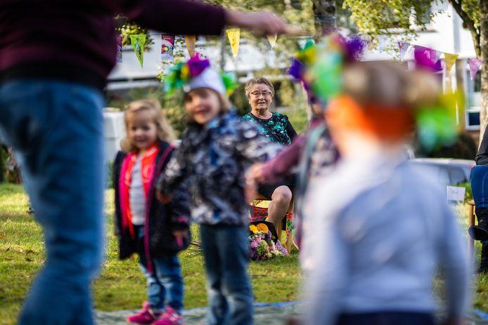 Juf Coby kijkt vanaf een afstandje met veel plezier naar de spelende kinderen.