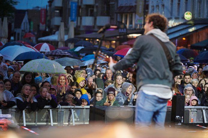 Nielson treedt op tijdens de eerste editie van het Rooskleurig festival in 2018, toen nog op de Markt in Roosendaal.