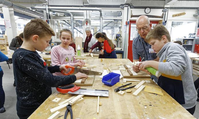 Docent Jacobs geeft instructies tijdens de 'Doedag' op de Bossche Vakschool.