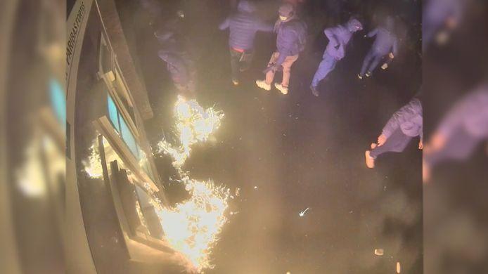 De man stak ook zichzelf per ongeluk in brand.