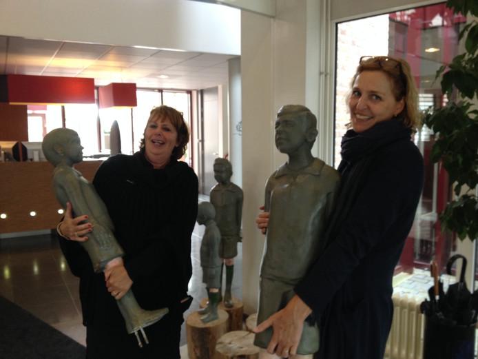 Marike de Kroon (rechts) en Anne-Marie Cornelissen verkassen beelden uit het gemeentehuis van Schijndel naar het Heestershuis.