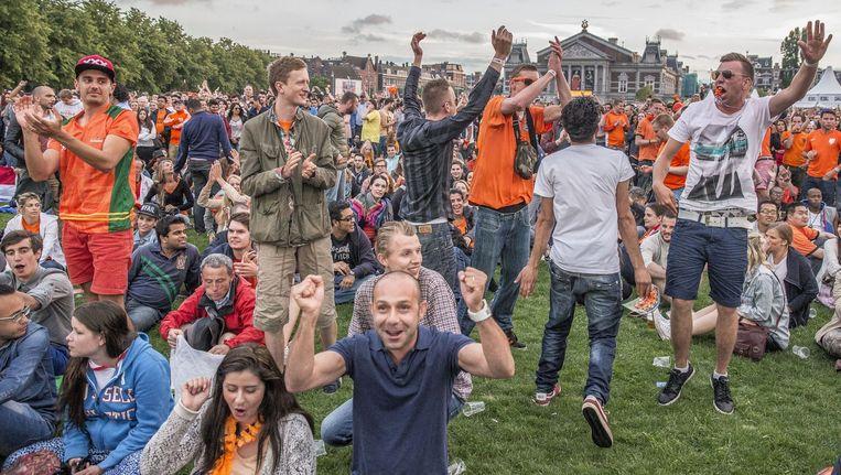 Het Museumplein wordt pas echt een Oranjeplein als Van Persie zijn eerste doelpunt maakt. Beeld Amaury Miller