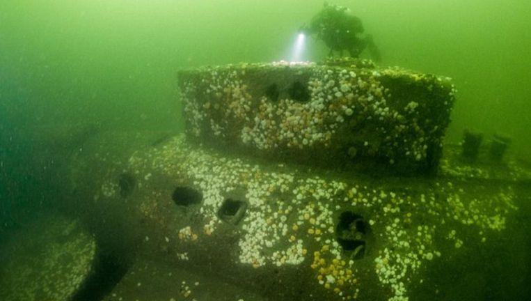 Een duiker onderzoekt het wrak van de E5. Beeld rv