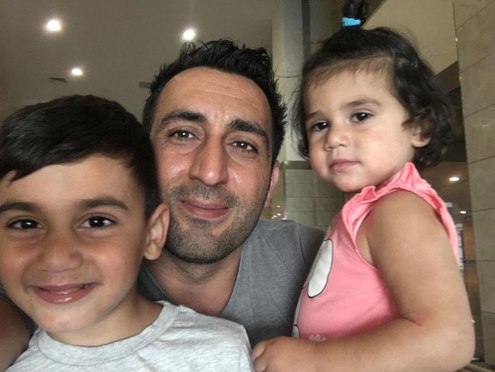 Murat Memis met zijn kinderen.