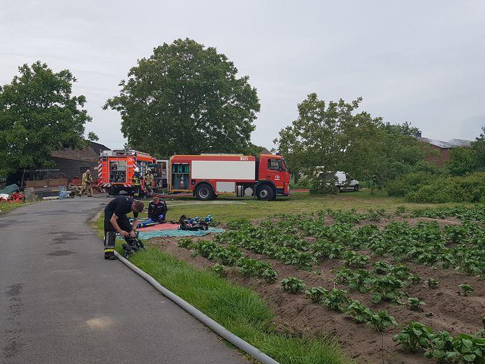 Brandweermannen wisselen de flessen perslucht.