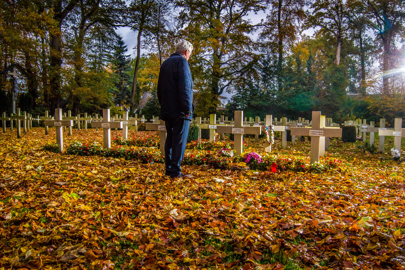 Pater Tjalling van Balen bij de graven van zijn overleden mede-broeders Carmelklooster in Zenderen.