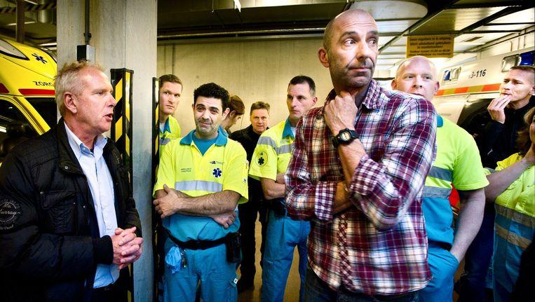 Medewerkers van Ambulance Amsterdam overhandigen een petitie aan de raad van toezicht. Fred Seifert (links) praat met het personeel. Beeld Klaas Fopma