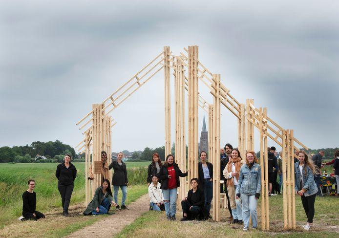 Studenten van de TU Delft hebben in de polder Blokhoven bij Schalkwijk 'a house in-between' gebouwd, een kunstwerk dat symbool staat voor kwetsbaarheid in tijden van dreigende oorlog.