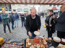 Haring en een stukje taart voor verjaardag zevenhonderdjarige