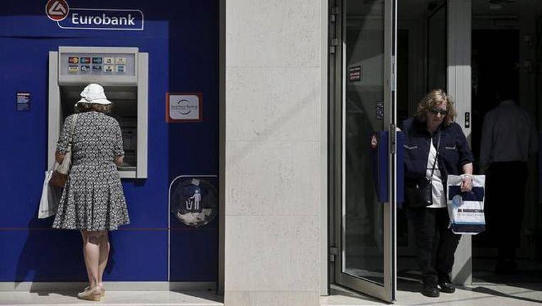 Een bankautomaat bij een filiaal van de Eurobank in Athene. Beeld REUTERS