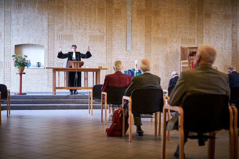 Gastdominee Els de Bijll Nachenius voor de elf kerkgangers. Beeld Phil Nijhuis