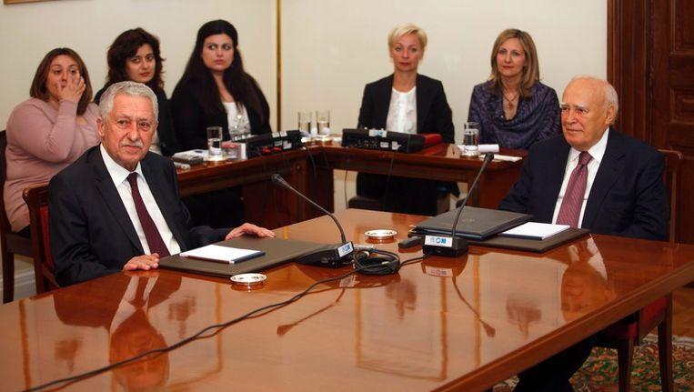 De Griekse president Papoulias (rechts) in gesprek met de leider van Democratisch Links, Fotis Kouvelis. Beeld epa