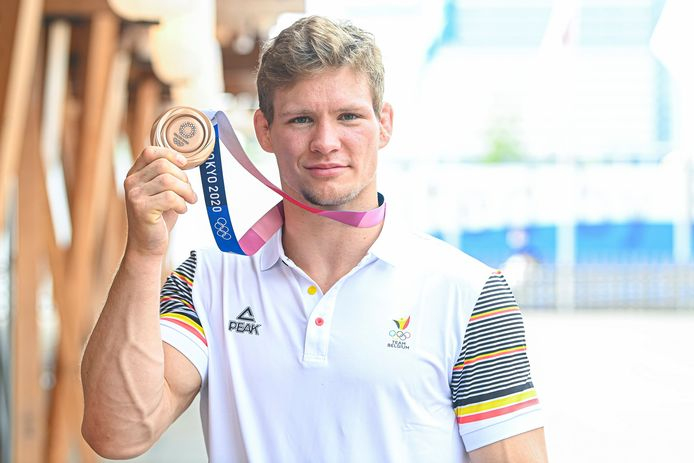 Matthias Casse toont met trots zijn medaille.