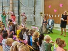 Juf Annelies viert 'bruiloft' op Udense school