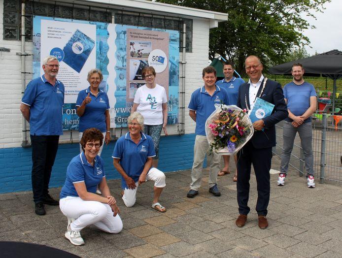 Burgemeester Segers ontving, uit handen van Peter Kwakernaak, voorzitter stichting Vrienden van de Dompelaar, het eerste exemplaar van het jubilieumboek.