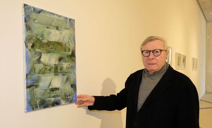 Curator en Puursenaar Wilfried Cooreman bij het werk van Ilse D'Hollander.