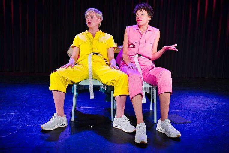 Cabaretiers Maya van As en Brigitte van Bakel als Vlamousse in de voorstelling 'Saampies'. Beeld Vincent van Kleef