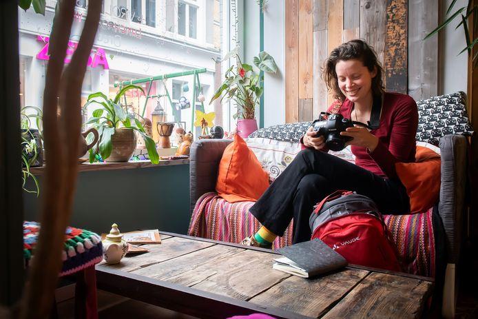 Evelien Buynsters (links) bekijkt het resultaat van haar werk.