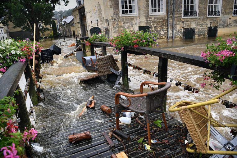In Valkenburg ligt een 'soep van Geulwater, regenwater, rioolwater' en alles wat is meegestroomd uit kelders en garages. Beeld Marcel van den Bergh
