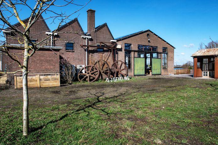 De oude naam ligt nu naast de theaterwerkplaats, bij de tandwielen die ook een bekende herinnering zijn aan de oude fabriek.