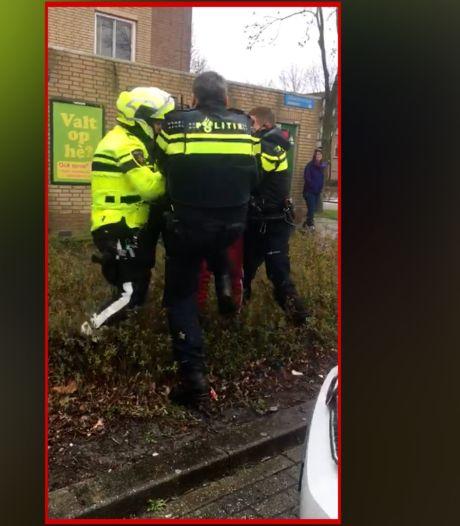 Brand in woning loopt uit de hand: één agent knock-out en vader van baby krijgt daarna klappen