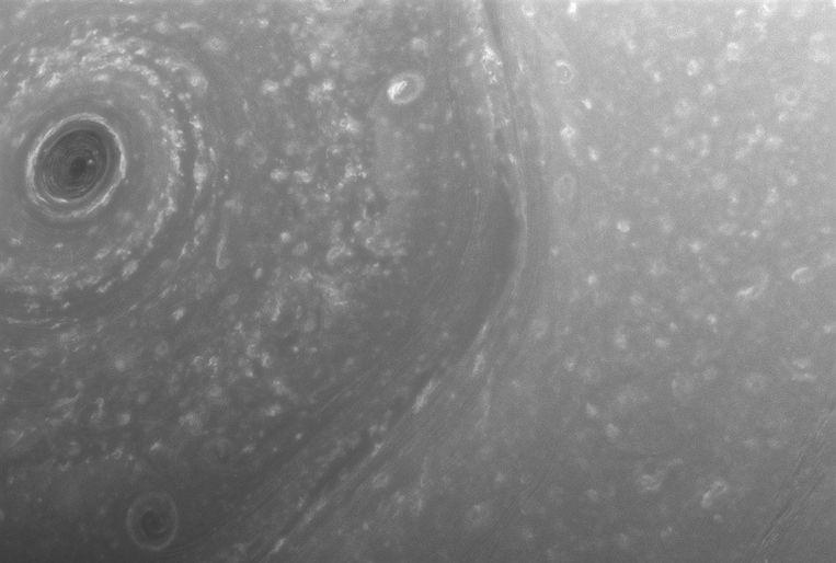 Beeld van dat Cassini doorstuurde van de hexagoonvormige noordpool van Saturnus op December 2.   Beeld NASA