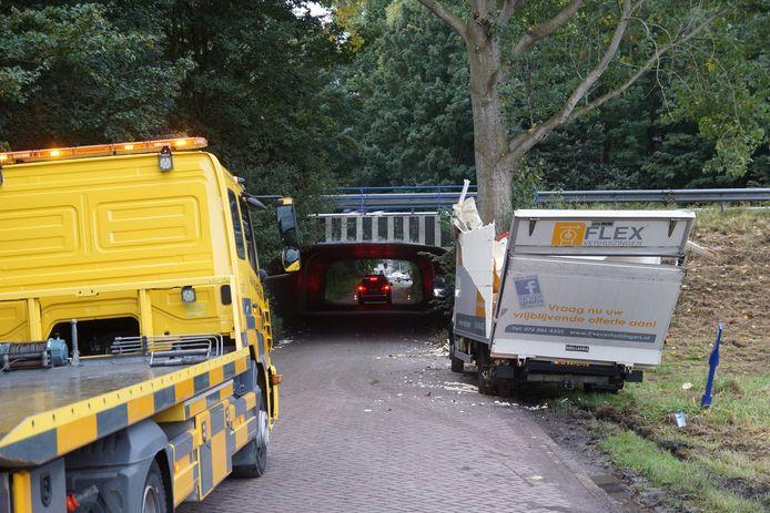 Een bakwagen is maandagochtend beklemd geraakt onder een brug op de Blokenweg in Waspik.