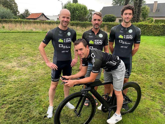 Bovenaan vlnr Bram Bossuyt, Nico Bruyneel en Dimitri Vanduyver. Vooraan op de tijdritfiets Andy Verleden. Zij nemen deel aan de Ventouxman.