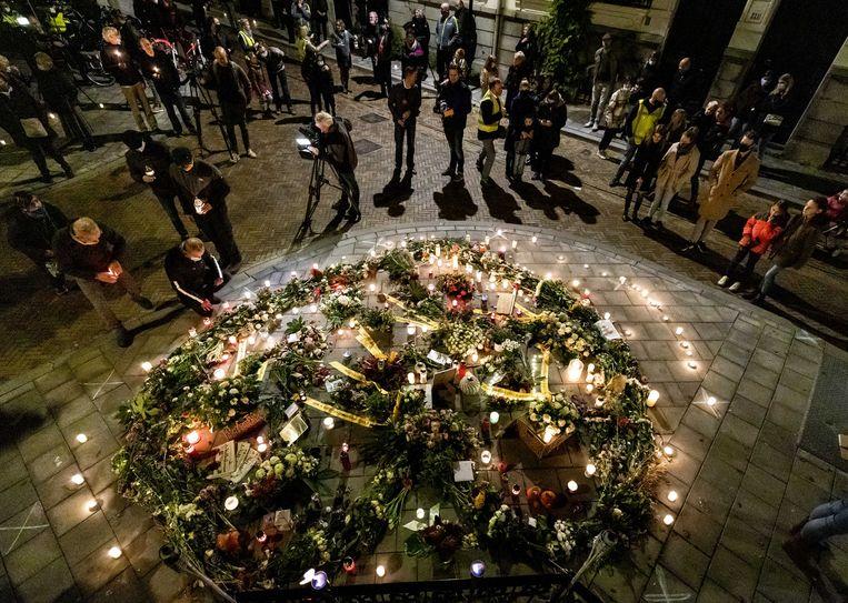 Belangstellenden tijdens de herdenking van Jan Kruitwagen, die door zinloos geweld om het leven kwam. De 73-jarige man werd ernstig mishandeld door vijf jongeren in de Spijkerstraat in Arnhem.  Beeld ANP