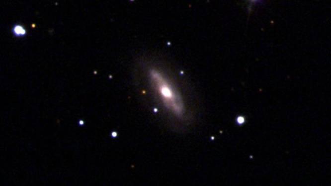 Astronomen ontdekken superzwaar zwart gat dat zich voortbeweegt met snelheid van 177.000 kilometer per uur