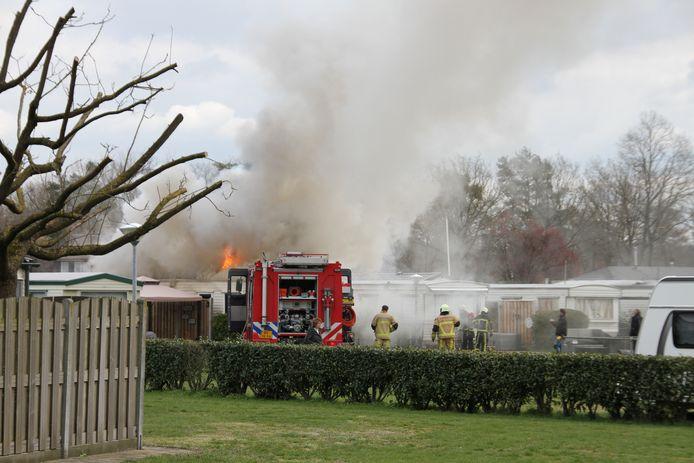 De vlammen sloegen uit het dak van de stacaravan.